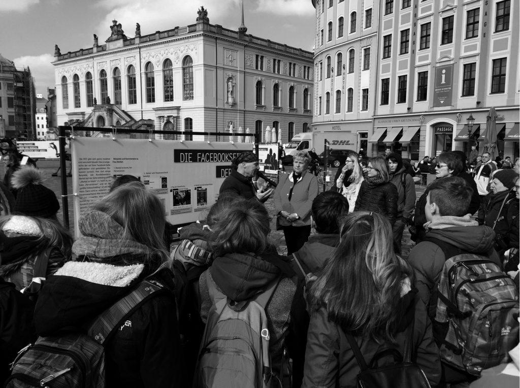 Rainer Opolka im engagierten Gespräch mit dem Publikum über die Ausstellung und das Thema Rassismus Foto: Zweibrüder Kunst- & Kultur GmbH