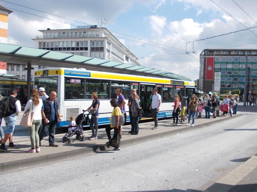 Der umweltfreundliche Busverkehr wird in Solingen gut genutzt. Am Busbahnhof Graf-Wilhelm-Platz gint es sehr viele Fahrgäste. Foto: Heinz Mähner